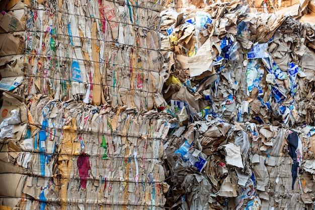 Bangkok thailand-10 juni 2020 papierstapel en stuk karton bij de papierfabriek van de recycle-industrie