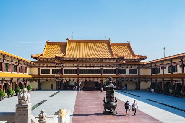 Bangkok, thailand-15 nov 2020: onbekenden in de foguangshan thaihua tempel thailand. fo guang shan is een van de vier grote boeddhistische organisaties in taiwan