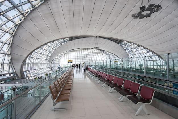 Bangkok, thailand - 15 oktober 2014: futuristisch ontwerp van de suvarnabhumi international airport in bangkok, thailand.