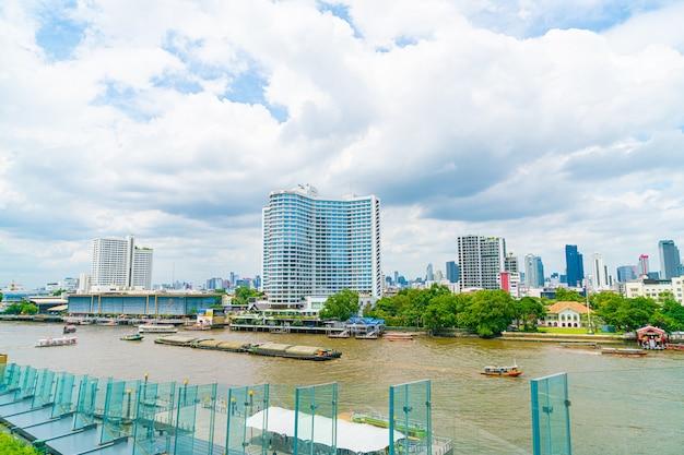 Bangkok thailand - 17 juli 2019: uitzicht op de hoofdstad van bangkok met rivier in thailand