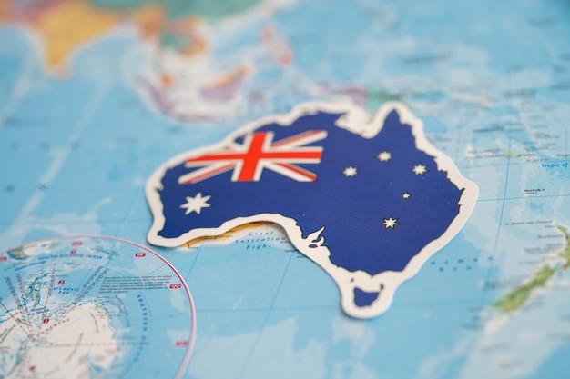 Bangkok, thailand - 20 september 2021 australië vlag op de achtergrond van de wereldkaart. vlag op de achtergrond van de wereldkaart.