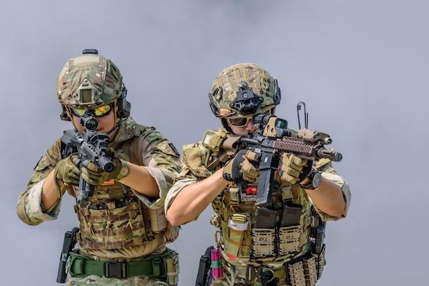 Bangkok thailand - 21 april 2018: simulatie van het gevechtsplan. twee militairen met machinegeweren klaar om terroristen aan te vallen. fotobijeenkomst door nikonclub thailand bij 11th infantry regiment.