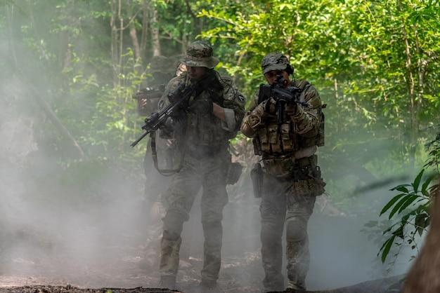 Bangkok thailand - 21 april 2018: simulatie van het strijdplan. het leger is een virtuele manoeuvre om de terroristen in het bos aan te vallen. bij het 11e infanterieregiment. Premium Foto