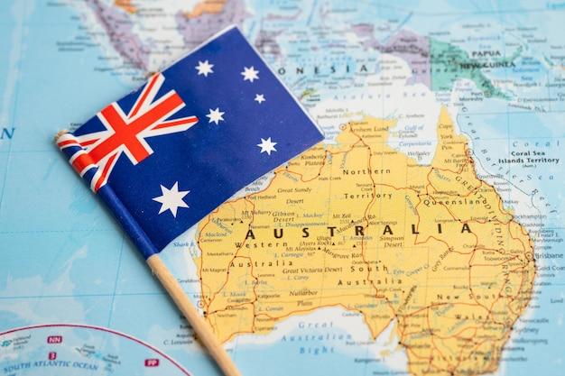 Bangkok, thailand - 7 februari 2021 australië vlag op de achtergrond van de wereldkaart.