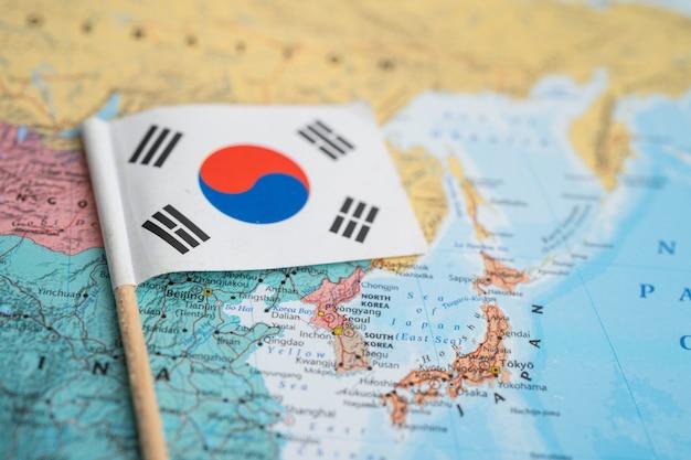 Bangkok, thailand - 7 februari 2021 korea vlag op de achtergrond van de wereldkaart.