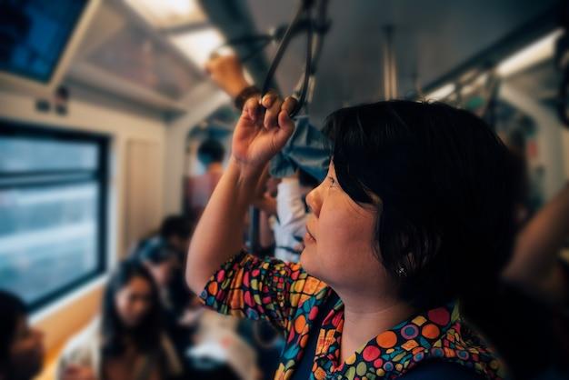 Bangkok, thailand. aziatische vrouwenreis op skytraintrein in stad