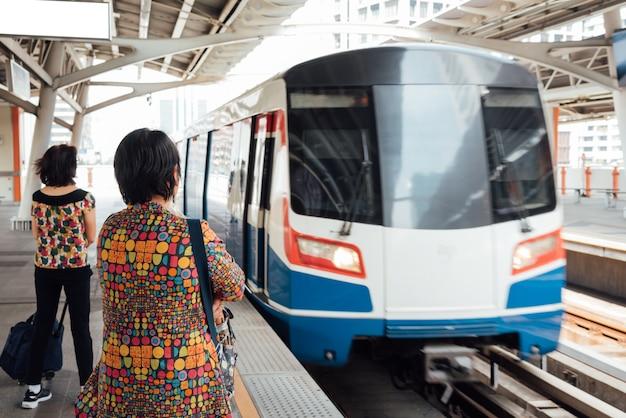 Bangkok, thailand. bts skytrain-trein rijdt in bangkok