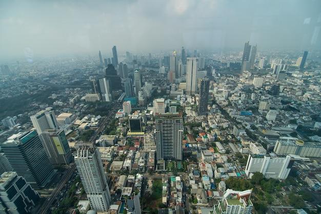 Bangkok, thailand - januari 2020: panoramisch uitzicht op de skyline van bangkok van bovenaf van the peak of the king power mahanakhon, 78 verdiepingen wolkenkrabber, het hoogste observatiegebied in thailand