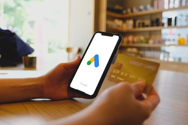 Bangkok. thailand.juni 22,2020: een vrouw typt op google-advertenties en creditcard voor zoekmachine vanaf een mobiele telefoon. google is de grootste internetzoekmachine ter wereld.