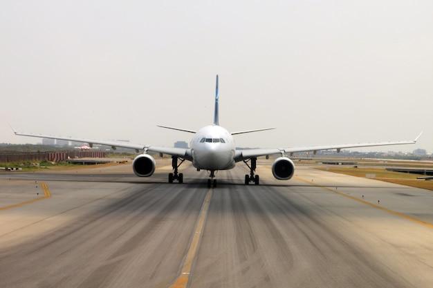 Bangkok / thailand-maart 2019: het vliegtuig op de startbaan van suvarnabhumi airport is klaar om op te stijgen.