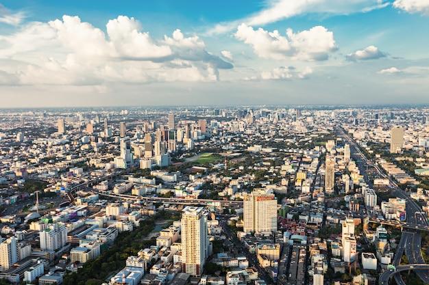 Bangkok, thailand - november 09, 2014: bangkok panoramisch uitzicht vanaf baiyoke tower observatieplatform, thailand