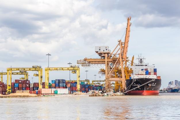 Bangkok, thailand - september 3, 2017: industriële bedrijfsladingscontainers die in de haven verschepen