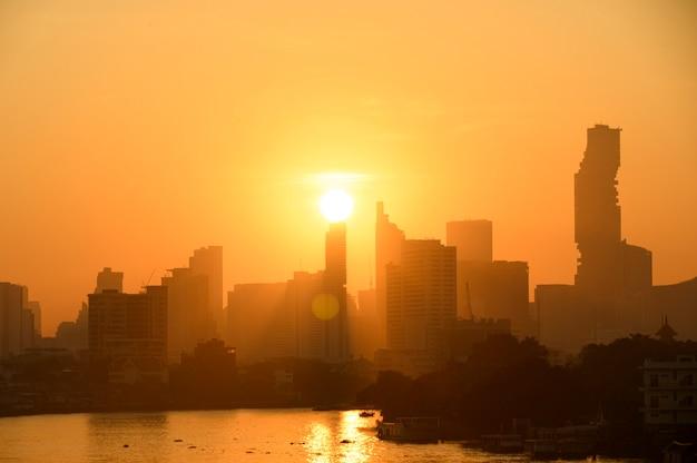 Bangkok thailand zonsopgang skyline silhouet weergave withurban kantoorgebouwen.