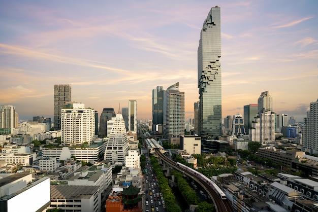 Bangkok vóór zonsondergang met moderne zakelijke gebouw van bovenaanzicht in bangkok, thailand.
