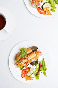 Banh mi sandwiches met diverse vulling en kopje thee