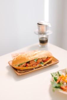 Banh mi xiu mai is een populaire sandwich met varkensballetjes met tomatensaus in vietnam