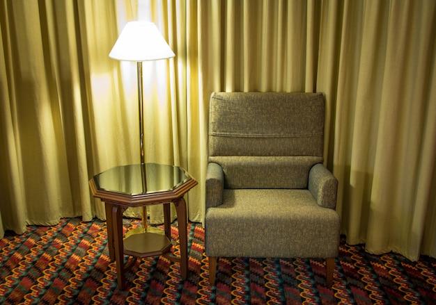 Bank en lamp met tafel in de slaapkamer 's nachts