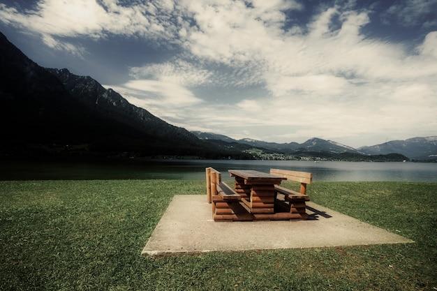 Bank en tafel om te relaxen met uitzicht op de alpen in oostenrijk
