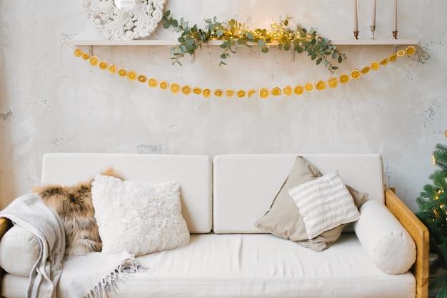 Bank in scandinavische stijl met kussens in de woonkamer