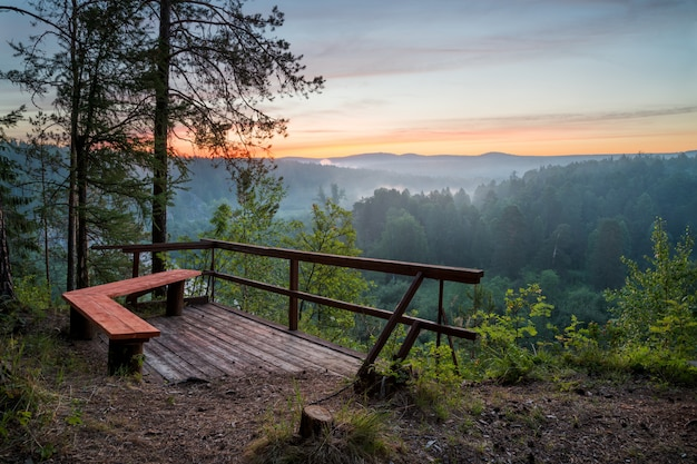 Bank met uitzicht op zonsopgang