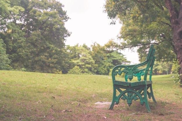 Bank onder de boom mooie kleurrijke herfstpark in zonnige dag