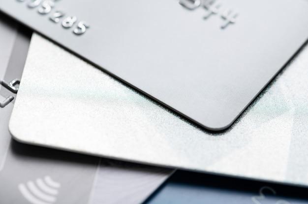 Bank plastic creditcards met chip. contactloze betaaltechnologie voor online winkelen. contant betalen en e-betaling,. bank- en bedrijfsconcept.
