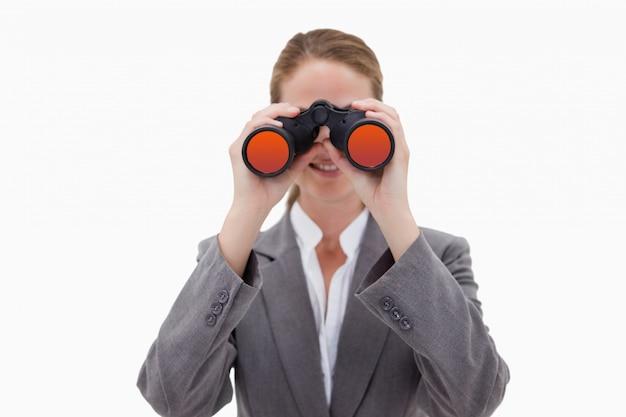 Bankbediende met behulp van kijkglazen