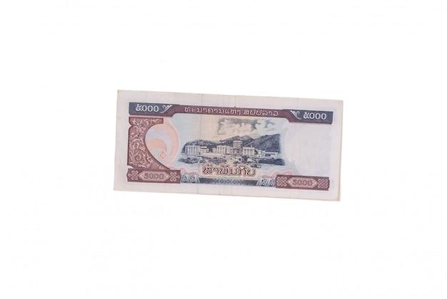 Bankbiljet 5000 kip dat op een wit wordt geïsoleerd