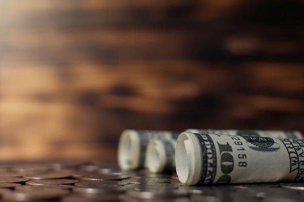 Bankbiljet en munten op oude houten plank, geld concept opslaan.
