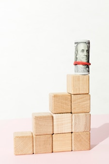 Bankbiljet en trappen van houten kubussen