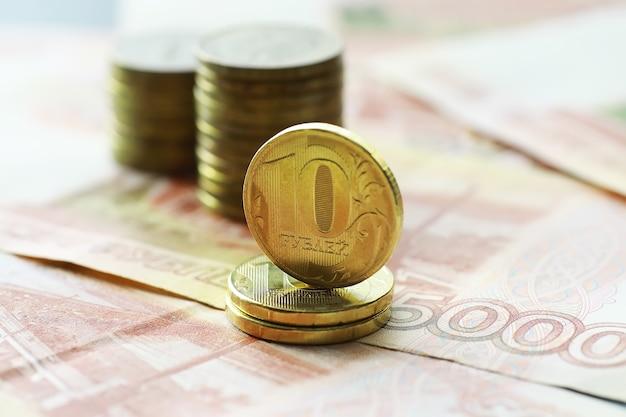 Bankbiljet met de inscriptie vijfduizend roebel en munten van 5 en 10 roebel