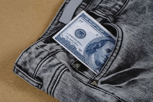 Bankbiljet uit een zak van jean.