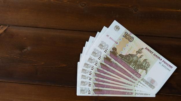 Bankbiljetten bevinden zich op een houten achtergrond.