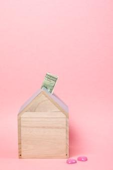 Bankbiljetten in houten spaarpot