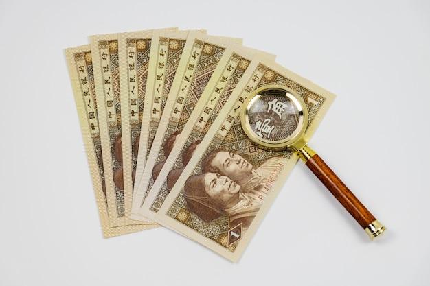 Bankbiljetten met een vergrootglas