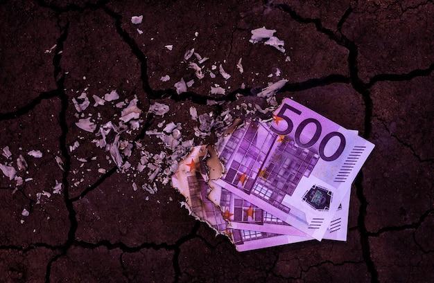 Bankbiljetten van 500 euro branden in het vuur
