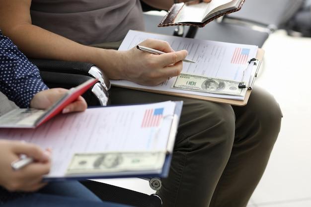 Bankbiljetten van honderd houden vast aan document