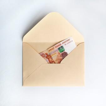 Bankbiljetten van roebel, contant geld in papieren envelop
