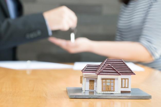 Banken keuren leningen goed om huizen te kopen. verkoop huis concept
