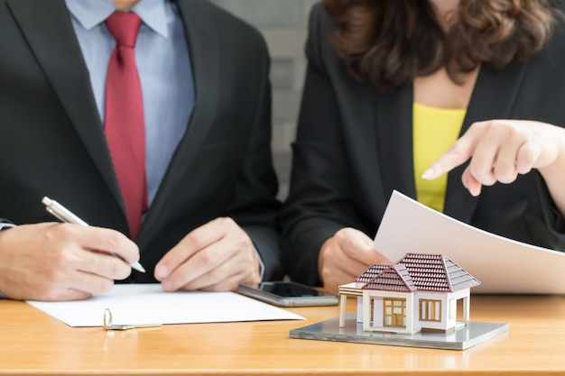 Banken keuren leningen goed om huizen te kopen. verkoop huisconcept