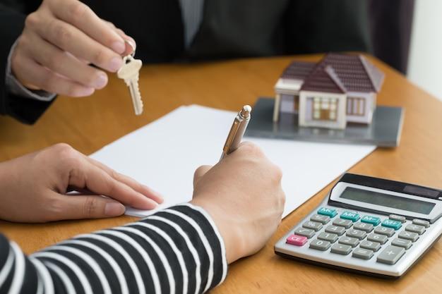 Banken keuren leningen om huizen te kopen goed. onroerend goed concept