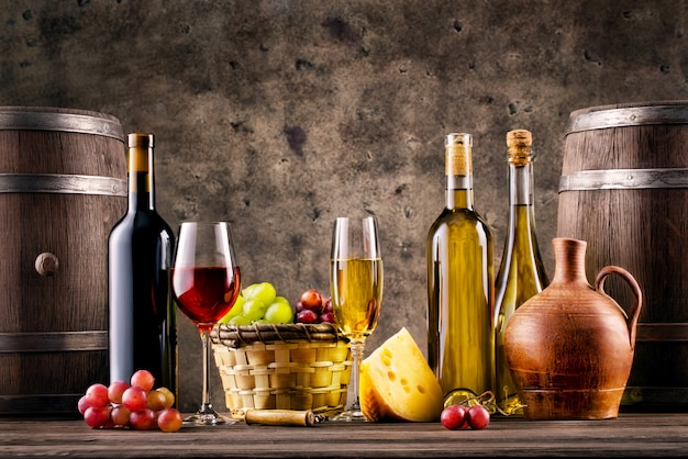 Banket met wijn, druiven, vaten en kaas