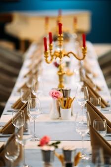 Banket tafel geserveerd met kandelaar wijnglazen