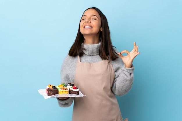 Banketbakker die een grote cake houdt