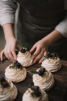 Banketbakker maakt een bruiloft dessert