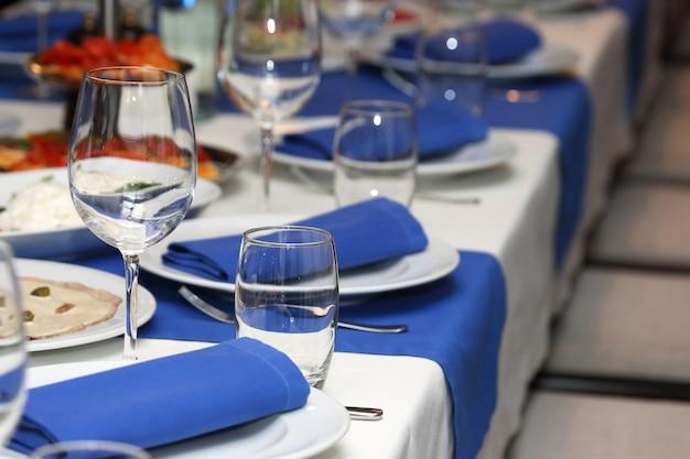 Bankettafel serveren in een restaurant in blauw-witte stijl