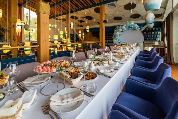 Bankettafel setting, koude snacks en broodjes op tafel in een restaurant