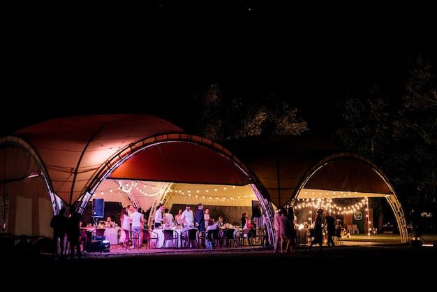 Banketzaal voor bruiloften, feestzaaldecoratie, sfeervolle inrichting Premium Foto