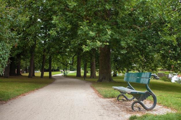 Bankje in het park zitbanken zijn voorzien in de tuin.