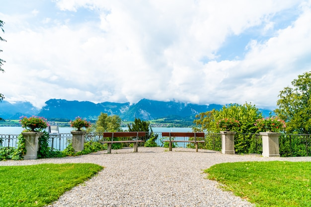 Bankje met thun lake achtergrond in zwitserland